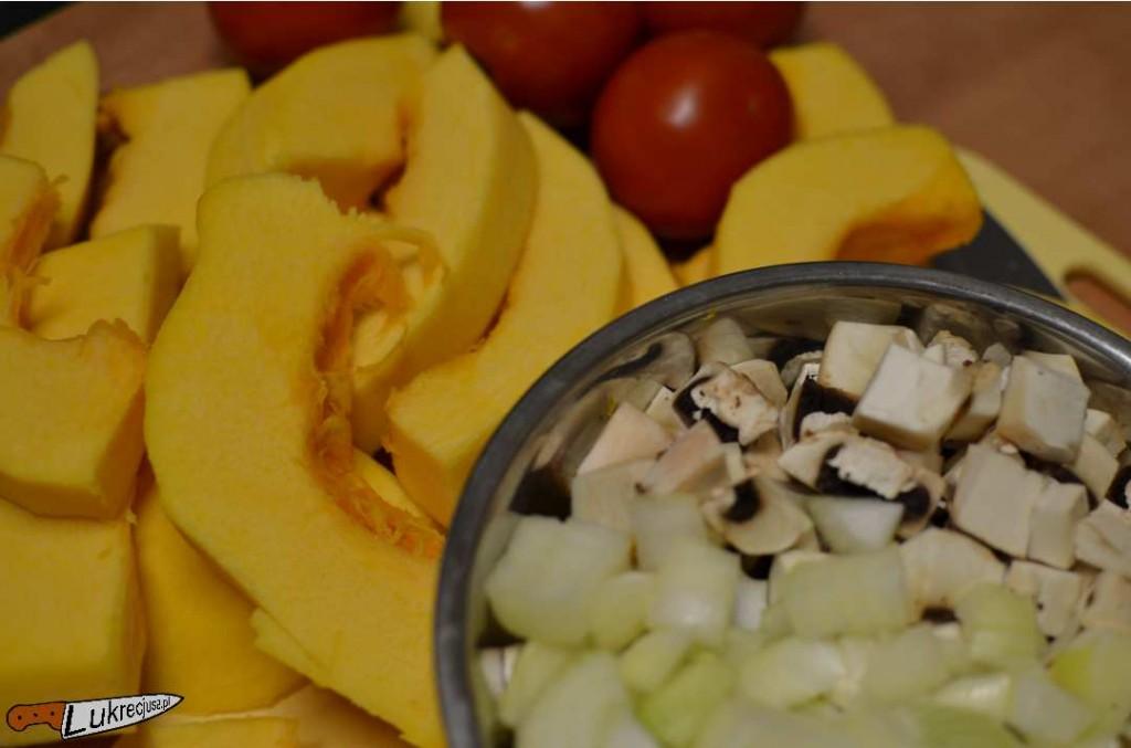 Pokrojona dynia, pieczarki, cebula i pomidory