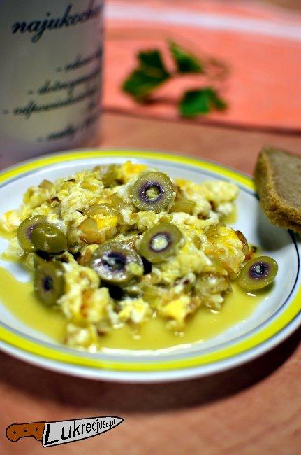 pyszna jajecznica z oliwkami i cebulą
