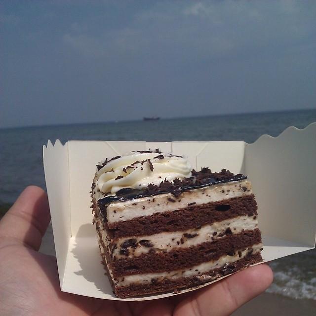 #torcik #wz na plaży z żaglowcem w tle #plażing #foodporn #pirates #piraci