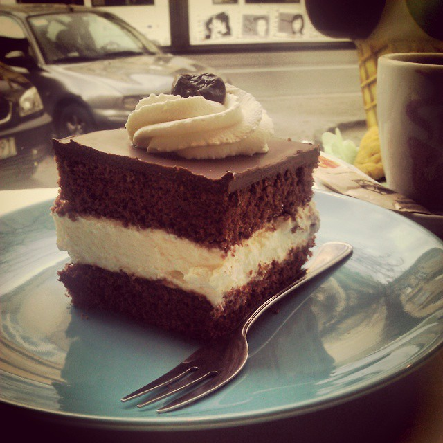 #torcik #wz #coffe #cora doskonała #bita #śmietana smaczna gruba warstwa #czekolada aż trudno ją przebić brak #dżemora i trochę za suche ciasto #najlepsza z testowanych w #kraków #foodinsta #foodporn #kawa też najlepsza z dotychczasowych