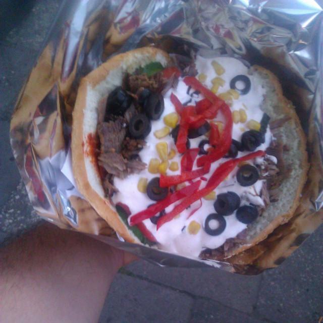 Wielki i całkiem smaczny kebab oferują co prawda ostry sos jest po naszemu ostry ale ogólem może być