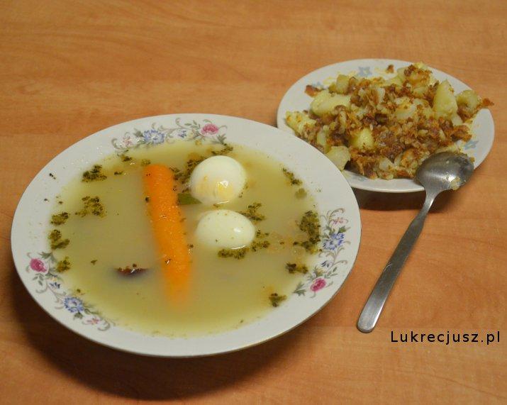 Żurek z jajkiem kiełbasą i ziemniakami
