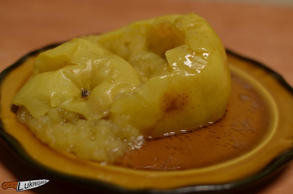 pieczone jablko z syropem cukrowym