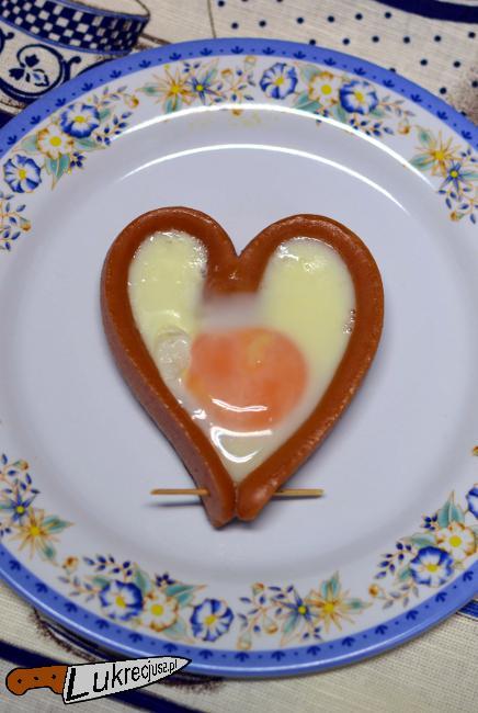 parowkowe serce z jajkiem sadzonym