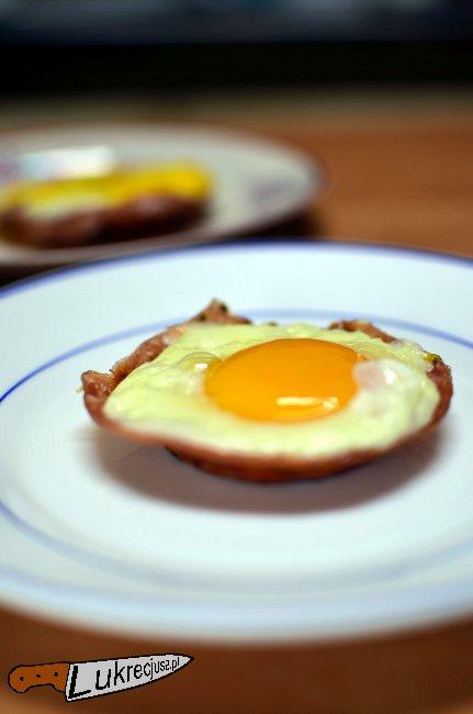 smażone jajko sadzone w mielonce