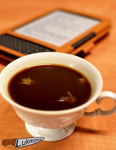 Kawa z rumem i cytryną w tle kindle