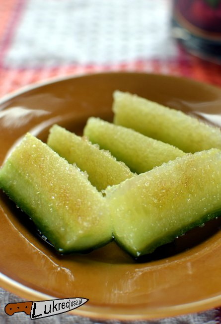 zielony ogorek obtoczony w cukrze skropiony octem balasamicznym