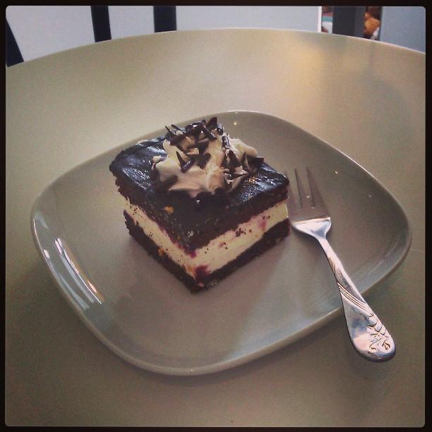 #torcik #wz jest strasznie okropny w piekarni Dom Chleba. Lukier czekoladopodobny, sztuczna pianka zamiast bitej śmietany. Przyznaję taga #tutajnigdywiecej