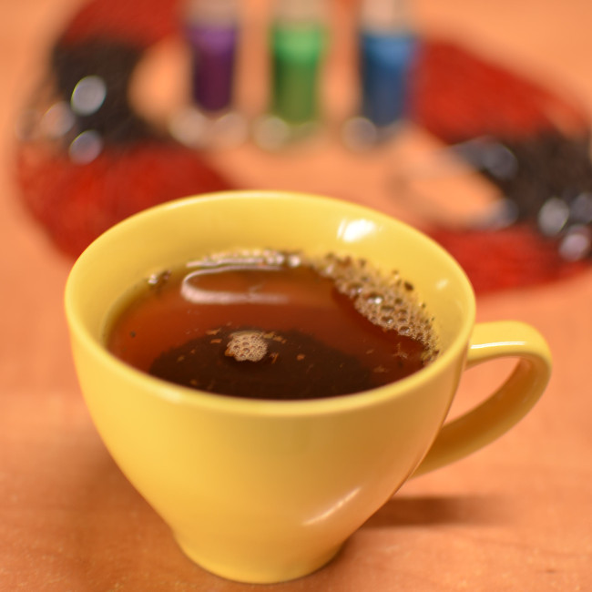 żółta filiżanka z herbatą