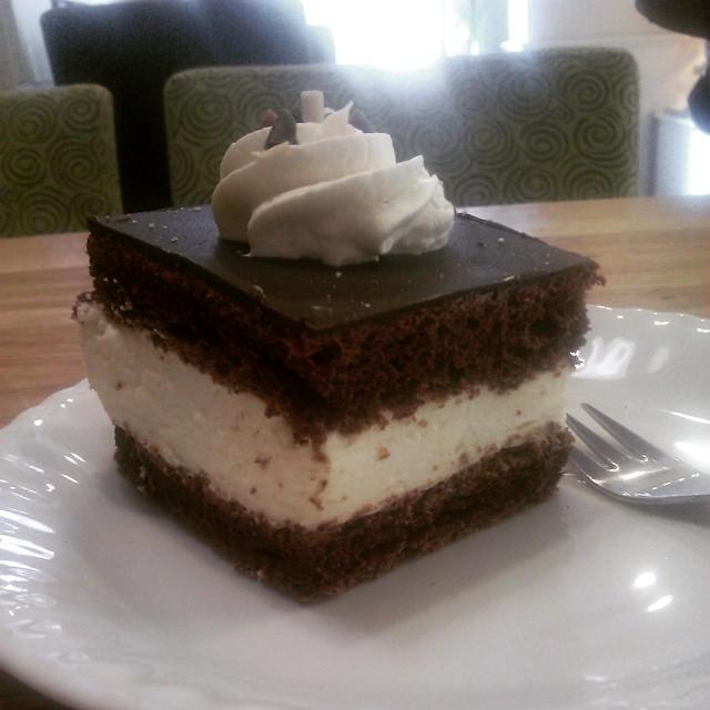 #torcik #wz 2.7 pln marna #foodporn #awiteks ma mgiełkę z dżemora pod wyrobem czekoladopodobnym jej siłą jest #bita #śmietana ale #ciasto ma wysuszone na wiór już #kawa lepsza #instafood #kraków