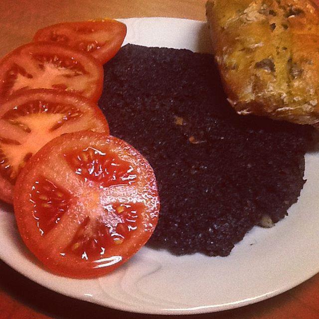 El jarana #kaszana na #śniadanie dobrze #wysmażona #pomidor #bułka #żytnia z #ziołami #cebula i #czosnek #breakfast #instafood #foodporn #tomato